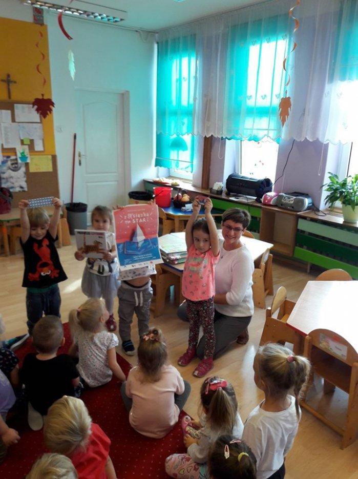 Czytanie na przedszkolnym dywanie - poznajemy skarby, które skrywa biblioteka!
