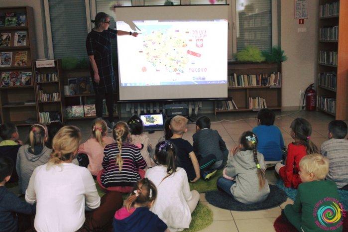 """""""Palcem po mapie"""" – czyli podróże małe i duże w naszej bibliotece"""